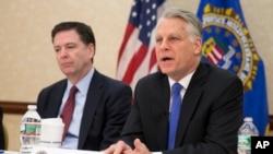 Timothy Roemer y el director del FBI, James Comey (izquierda).