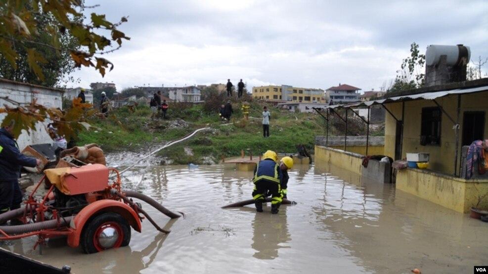 Shqipëri, tre viktima nga moti i keq