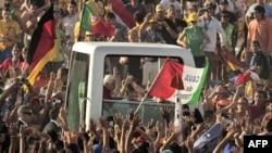 Đám đông chào đón Đức Giáo Hoàng khi ông đến Cuatro Vientos, gần Madrid, Tây Ban Nha, 21/8/2011