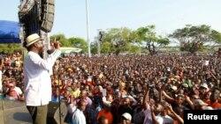 Le leader de l'opposition au Kenya, Raila Odinga harangue ses partisans lors d'un rassemblement à Nairobi, Kenya, 15 octobre 2017.