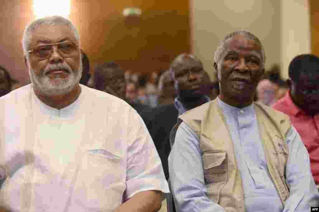 Marais wa zamani Jerry Rawlings wa Ghana na Thabo Mbeki wa Afrika Kusini mjini Accra
