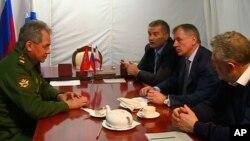 Menteri Pertahanan Rusia Sergei Shoigu (kiri) bertemu para pejabat Rusia di Sevastopol, Krimea (24/3).