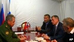 俄羅斯國防部長紹伊古(左)與克里米亞官員會面