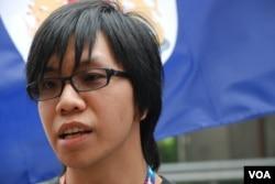 今年中國國慶日號召網民到中聯辦揮舞港英旗幟示威的陳梓進認為,示威引起北京高度關注,達到預期效果。 美國之音湯惠芸拍攝