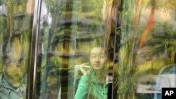 Kerabat penumpang China yang ada dalam pesawat Malaysia Airlines penerbangan MH370 di di dalam bus yang membawa mereka ke hotel di Subang Jaya, Malaysia (30/3).