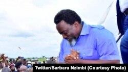 Joseph Kabila mokonzi ya kala ya RDC na bokiti na ye na libanda lya mpepo ya N'Djili na kotua Lubumbashi, RDC, 23 avril 2021. (Twitter/Barabra Nzimbi)
