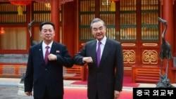 왕이 중국 외교 담당 국무위원 겸 외교부장이 지난 5월 베이징에서 리룡남 주중 북한 대사를 접견했다며, 중국 외교부가 공개한 사진을 공개했다.