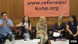 Peneliti Institute for Criminal justice Reform (ICJR) Erasmus A. Napitulu (paling kiri), anggota Komisi VIII DPR Rahayu Saraswati Djojohadikusumo, Dr.Mangku Sitepeu (Kemenkes),Evi (SAPA Indonesia), Erna dari Epact Indonesia dalam konferensi pers di Jakart