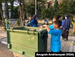 Sejumlah juga turut dalam aksi Clean The City di Lapangan Merdeka, Kota Medan, Sumatera Utara, Rabu, 1 Januari 2020. (Foto: Anugrah Andriansyah/VOA)