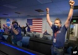 واکنش کارکنان ناسا به فرود موفقیت آمیز مریخنورد استقامت.