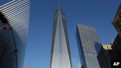 图中间的建筑是新世贸中心大楼