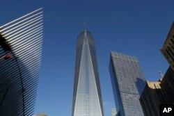 Новиот облакодер на Светскиот трговски центар (во средина)
