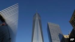 ຕຶກສູນກາງການຄ້າໂລກ One World Trade Center ຕັ້ງຢູ່ລະຫວ່າງກາງ ຂອງຕຶກສູນກາງການຂົນສົ່ງ (ຊ້າຍ) ທີ່ພວມກໍ່ສ້າງ ແລະ ຕຶກ 7 World Trade Center ທີ່ສອງຈາກຂວາ (3 ພະຈິກ 2014)