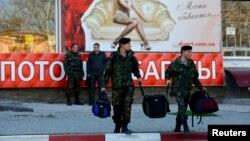 24일 크림반도 페오도시아의 우크라이나 군 기지에서 우크라이나 군인들이 철수하고 있다. 우크라이나 과도정부는 이 날 크림반도에 주둔 중인 자국 병력을 내륙으로 재배치한다고 밝혔다.