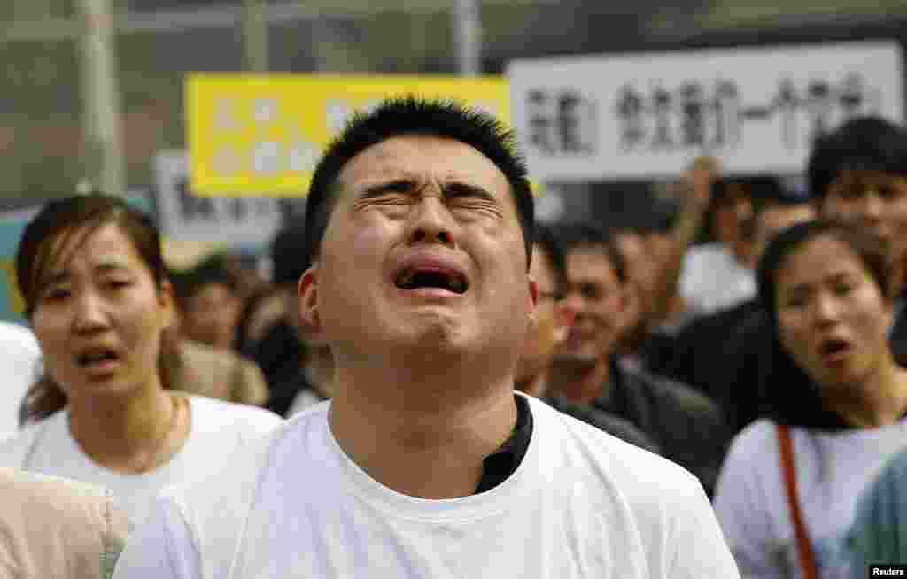 중국 베이징 말레이시아 대사관 앞에서 실종된 여객기 희생자들의 유가족이 눈물로 시위하고 있다.