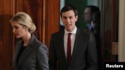 Jared Kushner, conseiller principal de la Maison Blanche, suit sa femme Ivanka Trump à la Maison Blanche à Washington, le 15 février 2017.