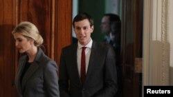 川普总统的女婿、白宫高级顾问库什纳和夫人伊万卡·川普在白宫准备参加川普和以色列总理的记者会(2017年2月15日)