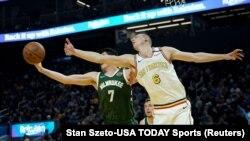 Duel Alena Smailagića i Ersana Iljasove na utakmici Golden Stejt Voriorsa i Milvoki Baksa u Čejs centru u San Francisku, 8. januar 2020. (Foto: Reuters/Stan Szeto-USA TODAY Sports)
