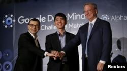 世界围棋冠军李世石 (中)与阿法狗机器人打擂台前在首尔举行了新闻发布会 (2016年3月8日)