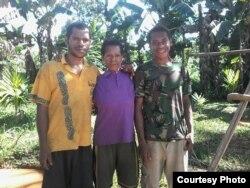 Paskalis (kiri) bersama ibu (tengah) dan adiknya (kanan) (Dok: Paskalis Kaipman)
