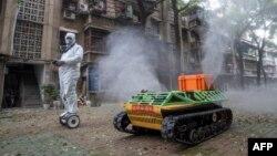 Un robot désinfecte les rues de Wuhan, en Chine, le 16 mars 2020. (Photo: STR / AFP)