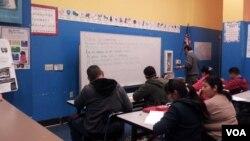 تصویری از کلاسی در مرکز سواد آموزی لاتین تباران در لس انجلس