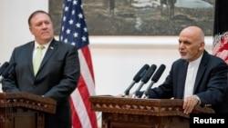 Menlu AS Mike Pompeo (kiri), bersama Presiden Afghanistan Ashraf Ghani, memberikan konferensi pers bersama di Kabul (foto: dok).