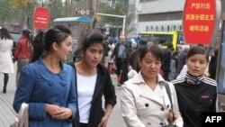 乌鲁木齐街头的行人和标语