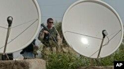 Soldados de Estados Unidos protegen antenas de transmisión de TV y radio en Iraq.