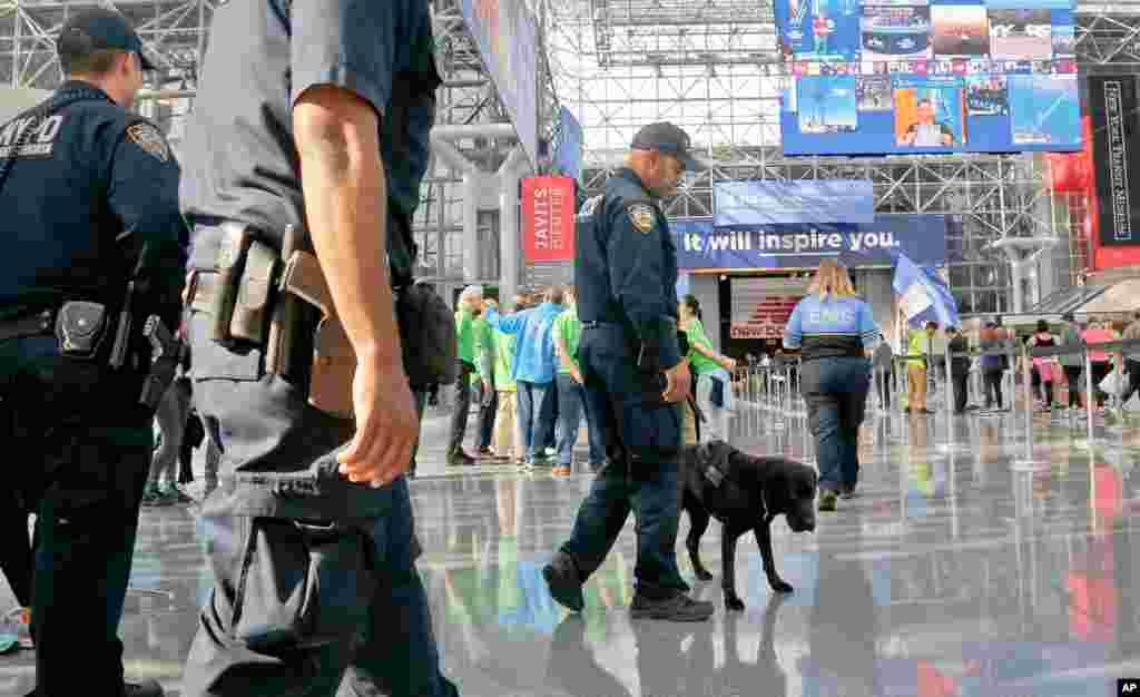 Polisi wa New York wakipiga doria wakitumia mbwa kutafuta milipuko.