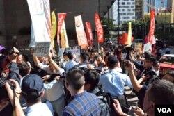 """香港多个民间团体和政党抗议暴力驱逐""""低端人口"""" (美国之音 汤慧芸摄 2017年11月29日)"""