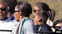 Michelle Obama dan kedua puterinya ternganga menyaksikan seekor gajah dalam safari di cagar alam Afrika Selatan (25/6).