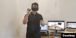 Dosen Universitas Florida, Markus Santoso, memeragakan cara penggunaan Oculus untuk program realitas maya simulasi implan gigi. (Courtesy: Markus Santoso)