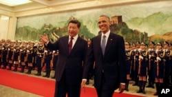 지난해 11월 중국을 방문한 바락 오바마 대통령이 베이징 인민대회당에서 시진핑 중국 국가주석의 환영 인사를 받고 있다. (자료사진)