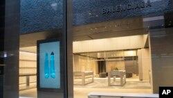 """Një dyqan i mbyllur dhe pa mallra i kompanisë """"Balenciaga"""", në Nju Jork"""