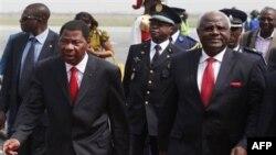Tổng thống Benin, Boni Yayi, trái, và Tổng thống Sierra Leone, Ernest Bai Koroma, tại sân bay ở Abidjan, thứ hai 3/1/2011