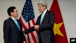 ລມຕ ຕ່າງປະເທດສະຫະລັດ ທ່ານ John Kerry (ຂວາ) ພົບປະກັບທ່ານ Pham Binh Minh ລັດຖະມົນຕີການຕ່າງປະເທດຫວຽດນາມ ໃນລະຫວ່າງ ກອງປະຊຸມອາຊ່ຽນ ທີ່ນະຄອນ Bandar Seri Begawan ປະເທດບຣູນາຍ (2 ກໍລະກົດ 2013)