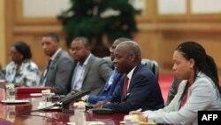 Le président de la Guinée-Bissau, Jose Mario Vaz (2ème R), s'entretient avec le président chinois Xi Jinping au Grand Palais du Peuple à Beijing le 5 septembre 2018, au lendemain de la conclusion du Forum sur la coopération Chine-Afrique.