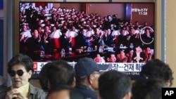 Tin tức hôm 3/6 trên một màn ảnh truyền hình tại một nhà ga ở Seoul, Hàn Quốc, chiếu ảnh lãnh tụ Triều Tiên Kim Jong Un (thứ ba từ trái sang)và giới chức cấp cao Kim Yong Chol (phải) đang xem văn nghệ ở Bắc Triều Tiên.