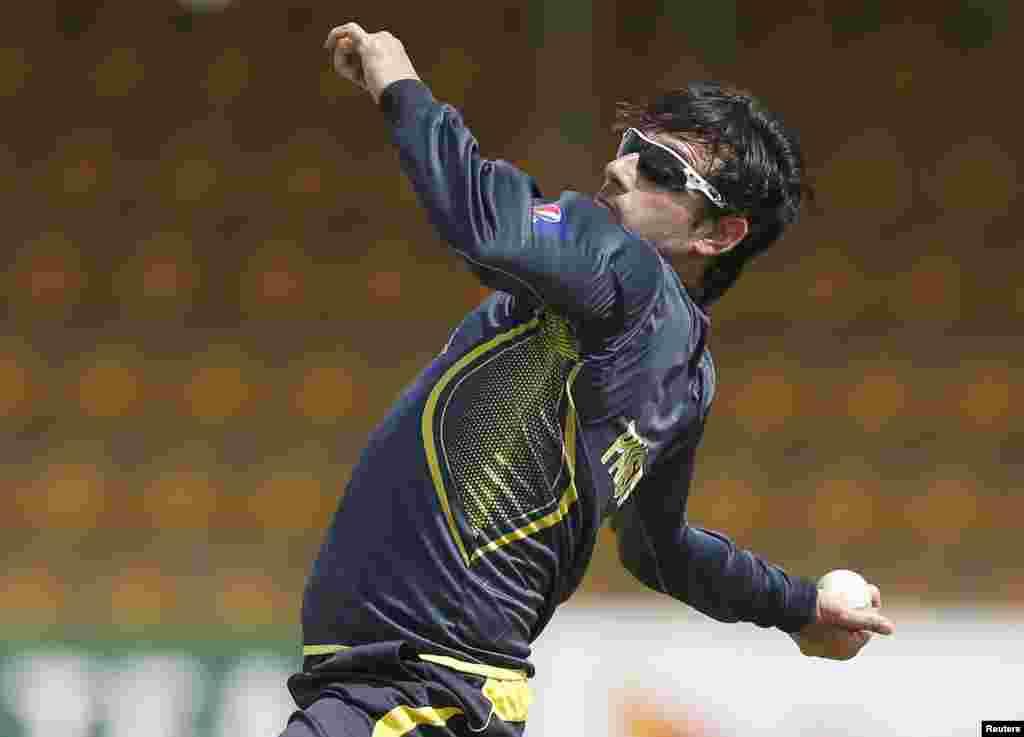 """آئی سی سی نے باؤلنگ ایکشن """"غیر قانونی"""" ہونے پر پاکستانی اسپنر سعید اجمل پر بین الاقوامی کرکٹ کھیلنے پر پابندی عائد کر دی ہے۔"""
