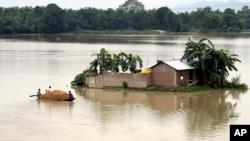 Desa Morigaon di negara bagian Assam, India utara terendam banjir (18/8).