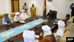 Lead negotiator Burkina Faso President Blaise Compaore (C) meets with Mali delegations Nov 16, 2012 in Ouagadougou