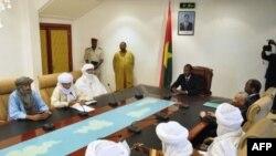 Le président Blaise Compaore (au centre) conférant avec des dirigeants touareg