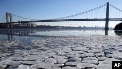 新泽西州李堡镇帕里萨德斯州际公园哈德逊河水面的冰块。背景为乔治·华盛顿大桥。(2018年1月2日)