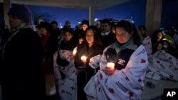 Vigilia dos residentes de Newtown no Connecticut em homenagem das vítimas do assassínio em massa da Sexta-feira 14 de Dezembro