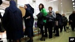 Warga antri untuk memberikan suara pada pemilu Itallia di Roma, Minggu (4/3). Hasil pemilu hari Minggu (4/3) itu merupakan kabar buruk bagi migran dari Afrika atau orang-orang yang berusaha masuk ke Eropa lewat Italia.