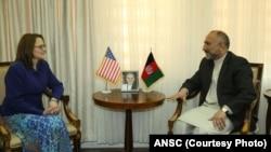 حنیف اتمر، در ملاقات با خانم کورتیس حمایت ایالات متحده را از برنامه های نشست کابل با اهمیت خواند