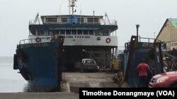 Un bateau est amarré dans le port de Port-Gentil au Gabon, le 17 janvier 2017. (VOA/ Timothee Donangmaye)