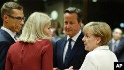ຈາກຊ້າຍ, ນາຍົກ ລມຕ ຟີນແລນ Alexander Stubb, ນາຍົກ ລມຕ ເດັນມາກ Helle Thorning-Schmidt, ນາຍົກ ລມຕ ອັງກິດ David Cameron ແລະ ນາຍົກ ລມຕ ເຢຍຣະມັນ Angela Merkel ໂອ້ລົມກັນ ໃນລະຫວ່າງກອງປະຊຸມໂຕະມົນ ຢູ່ກອງປະຊຸມສຸດຍອດ ທີ່ Brussels, ວັນທີ 30 ສິງຫາ 2014.