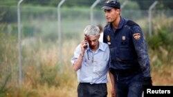 El conductor del tren, José Garzón, según la identificación realizada por los diarios El País y el Mundo de España, al momento de ser retirado del lugar del accidente, ayudado por un policía,